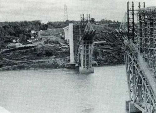 A Ponte Internacional da Amizade em fase de construção...relíquia de foto.