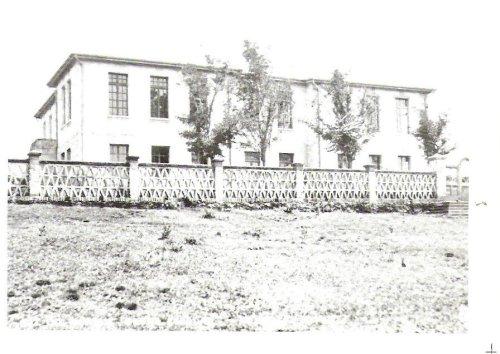 Em frente a praça Getúlio vargas, 1943 O grupo Escolar bartolomeu Mitre.
