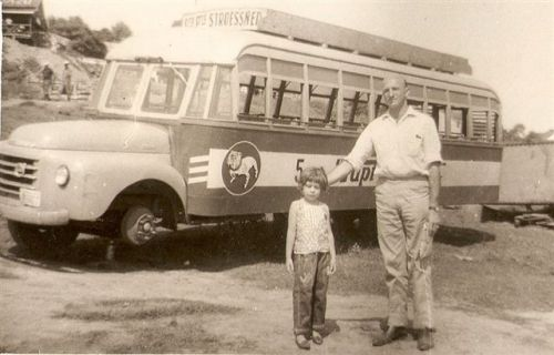 Em 1963 fazer compras no Paraguai, era assim: passar de balsa até Puerto Franco.Como mostra na foto a garotinha Maria Elvira Scandelari e seu pai, Sr. Flores.