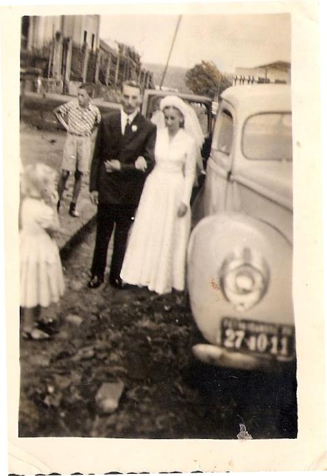 Enlace matrimonial de Irma Rosa Friedrich e Oreste Taffarel em Janeiro de 1956, em frente a Matriz São João Batista. (Foto: André Taffarel)