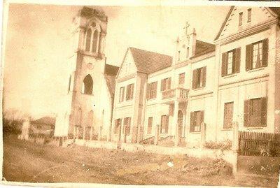A Igreja Matriz S.J.B. e ao lado Colégio...Atualmente Paróquia S.João batista e Casa Paroquial.