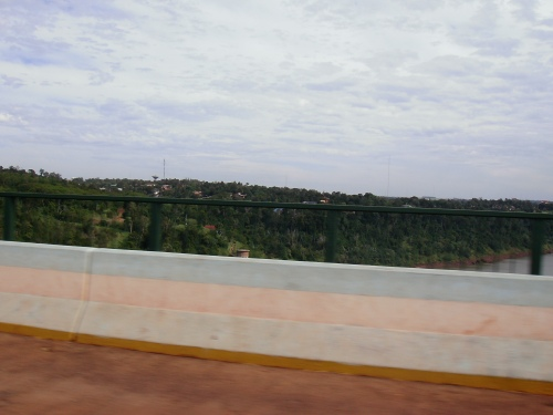 Pte Br-Ar sobre o rio Iguaçu, ao fundo 'Puerto Iguazú'.