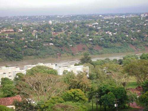 ´Rio Paraná  visto da altura do Senac ( fundo Puerto Franco-Py) . 17/Outubro/2009