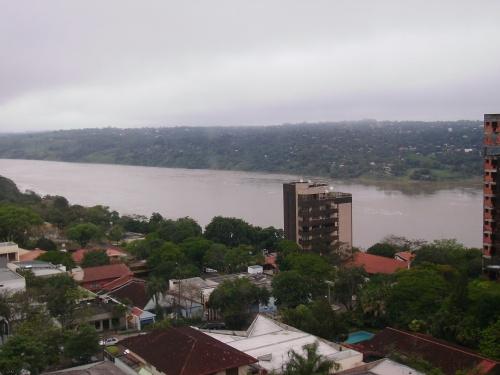Rio Paraná (cheio) em 'click' do terrinha no centro (22.Out.09).