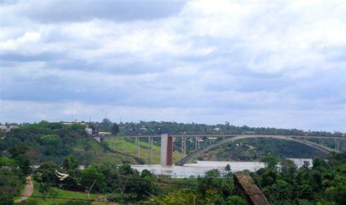 Rio Paraná (cheio) e Ponte da Amizade... (21.Out.09) Foto: Maria Elvira
